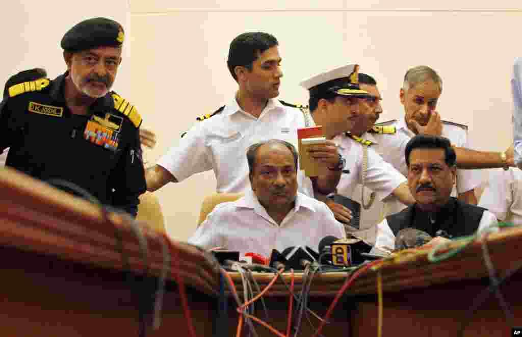 Ðô đốc Hải quân Ấn Độ D.K. Joshi (trái) vàBộ trưởng Quốc phòng A.K. Antony (giữa) trong cuộc họp báo sau vụ nổ tàu ngầm tại Mumbai, ngày 14 tháng 8, 2013.