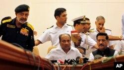 Komandan Angkatan Laut India, Admiral D.K. Joshi (kiri), yang baru saja meletakkan jabatannya sebagai tanggung jawab atas insiden kecelakaan kapal selam. (Foto: Dok)
