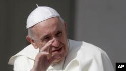 El papa Francisco saluda a los peregrinos reunidos para su audiencia general en la Plaza de San Pedro en Roma, el miércoles 30 de mayo de 2018.