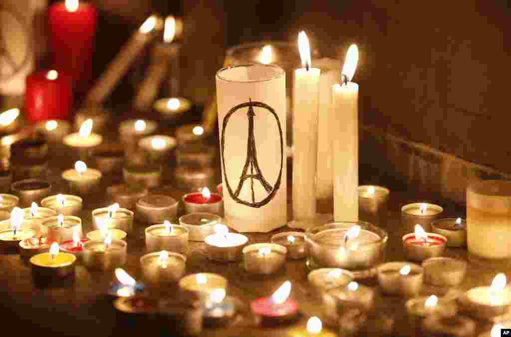 ہانگ کانگ میں بھی لوگوں نے پیرس میں ہلاک ہونے والوں کی یاد میں شمعیں روشن کیں۔