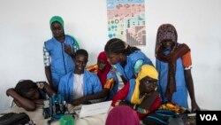 Des élèves voilées à Dakar au Sénégal le 19 mai 2017. (R. Shryock/VOA)