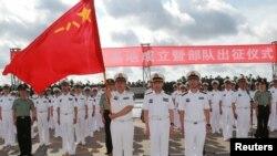 중국군 장병들이 11일 광둥성 잔장항에서 '인민해방군 해군 지부티 보급기지 출정식'을 거행하고 있다.
