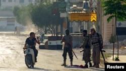 ایست بازرسی پیکارجویان گروه جهادی موسوم به «جند الاقصی» در شهرک طیبه الامام در استان حما - آرشیو