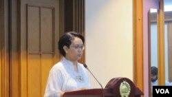 Menteri Luar Negeri Retno Marsudi memberikan jumpa pers tentang penyanderaan tiga WNI oleh kelompok pemberontak Abu Sayyaf, di kantornya di Jakarta hari Senin, 11/7. (VOA/Fathiyah Wardah)