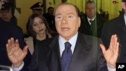 Mantan PM Italia Silvio Berlusconi berbicara kepada media di luar pengadilan kota Milan saat sidang pendahuluan tanggal 1 Maret 2013 lalu (foto: dok).