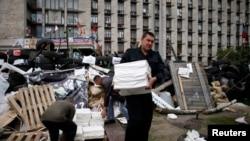 5月8日一名亲俄分子在乌克兰东部顿涅茨克政府大楼外搬运公投资料