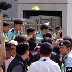 中联办大楼前维持秩序的警察与抗议民众