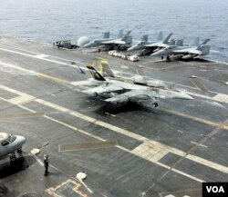 F-18戰機在航母降落