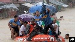 19일 태풍 '풍웡'으로 필리핀 마닐라 인근 마리키나 시가 침수된 가운데, 구조요원들이 생존자들을 수색하고 있다.