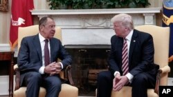 Presiden AS Donald Trump (kanan) menerima Menlu Rusia Sergei Lavrov di Gedung Putih hari Rabu (10/5).