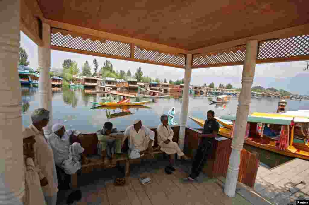 سری نگر کی ڈل جھیل کے کنارے سیاحوں کے لئے استعمال ہونے والی خصوصی کشتی جسے شکارا کہا جاتا ہے۔ غیر ملکی سیاحوں کو بھی وادی سے نکل جانے کی ہدایات جاری کردی گئی ہیں۔