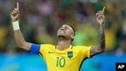 Le Brésilien Neymar, mains levées, semble dire une prière lors des tirs au but à la fin du match Brésil-Allemagne aux jeux Olympiques de Rio, au Brésil, 20 août 2016.