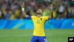 Pemain Brazil, Neymar, menangis saat berhasil memasukkan gol kemenangan dalam adu pinalti pertandingan sepakbola putra Olimpiade antara Brazil dan Jerman di stadion Maracana di Rio de Janeiro, 20 Agustus 2016.