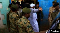 Uwahoze ari Perezida wa Sudani Omar al-Bashir bamusohoye muri Gereza nkuru y'i Khartoum taliki 16/6/2019.