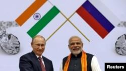 지난해 12월 뉴델리를 방문한 블라디미르 푸틴 러시아 대통령(왼쪽)이 나렌드라 모디 인도 총리 회담했다.
