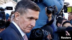 Michael Flynn, mantan penasihat keamanan nasional Trump, meninggalkan pengadilan distrik di Washington DC, Selasa (18/12).