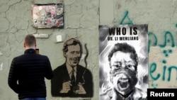李文亮成为走出中国的一道独特风景线。图为捷克布拉格市一堵墙上张贴着中国武汉眼科医生李文亮的遗像。(路透社2020年3月13日资料照)