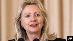 លោកស្រីរដ្ឋមន្ត្រីការបរទេសស.រ.អា ហ៊ីលឡារី គ្លីនតុន (Hillary Rodham Clinton) ថ្លែងសុន្ទរកថានៅក្រសួងការបរទេសនៅថ្ងៃទី១៣ ខែតុលា ឆ្នាំ ២០១១។