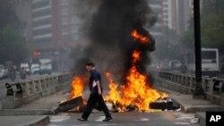 Innumerables barricadas como ésta en Chacao, Caracas, mantienen bloqueado el tráfico en avenidas y autopistas de la capital.