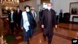افغان امن مذاکرات کے سلسلے میں طالبان کا وفد پاکستان کے اپنے دورے میں وزیر خارجہ شاہ محمود قریشی کے ساتھ۔ 16 دسمبر 2020