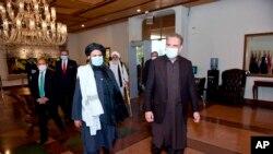 طالبان کے سیاسی امور کے سربراہ ملا عبدالغنی برادر اگست میں پاکستان کے دورے کے موقع پر وزیرخارجہ شاہ محمود قریشی کے ساتھ وزارت خارجہ کے دفتر آ رہے ہیں (اے ایف پی)