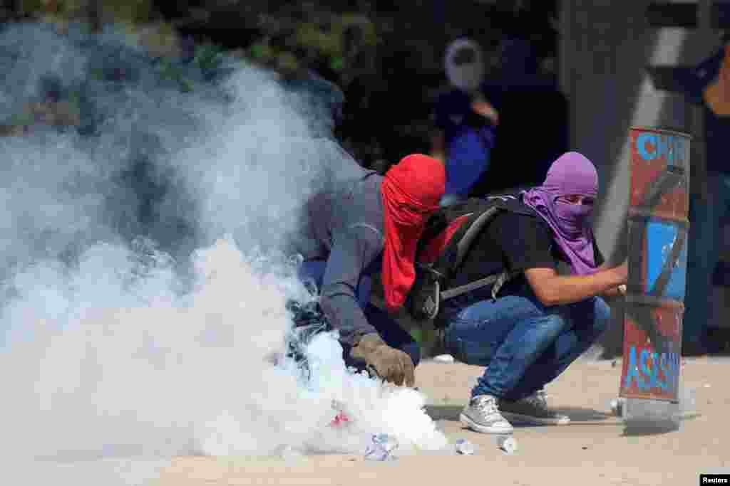 معترضان در کشور هندوراس با پلیس درگیر شدند. آنها علیه رئیس جمهوری این کشور در آمریکای مرکزی تظاهرات کردند.