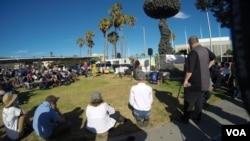 在核爆覃状云雕塑下的群众(美国之音国符拍摄)