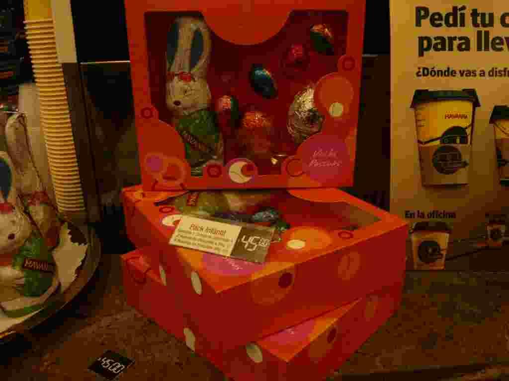 Los huevos y conejos de chocolate también vienen en cajas para regalar.