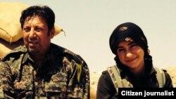 Hunermend Bangîn ligel şervaneke Kurd li Kobaniyê.
