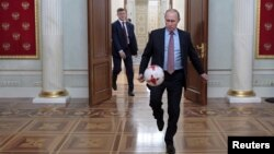 Tổng thống Nga Vladimir Putin chơi với 1 quả bóng sau cuộc gặp mặt với Chủ tịch FIFA Gianni Infantino tại điện Kremline ở Moscow hôm 25/11/2016.