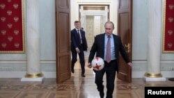 Ông Putin chơi bóng ở Điện Kremlin sau cuộc gặp với Chủ tịch FIFA