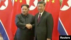 중국을 방문한 김정은 북한 국무위원장과 시진핑 중국 국가주석이 악수하는 모습을 28일 중국 관영 CCTV가 보도했다.