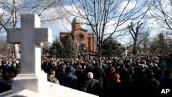Hiljade ljudi su prisustvovale sahrani lidera Građanske inicijative Sloboda, demokratija, pravda, Beograd, 18. januar 2018. (AP Photo/Darko Vojinovic)