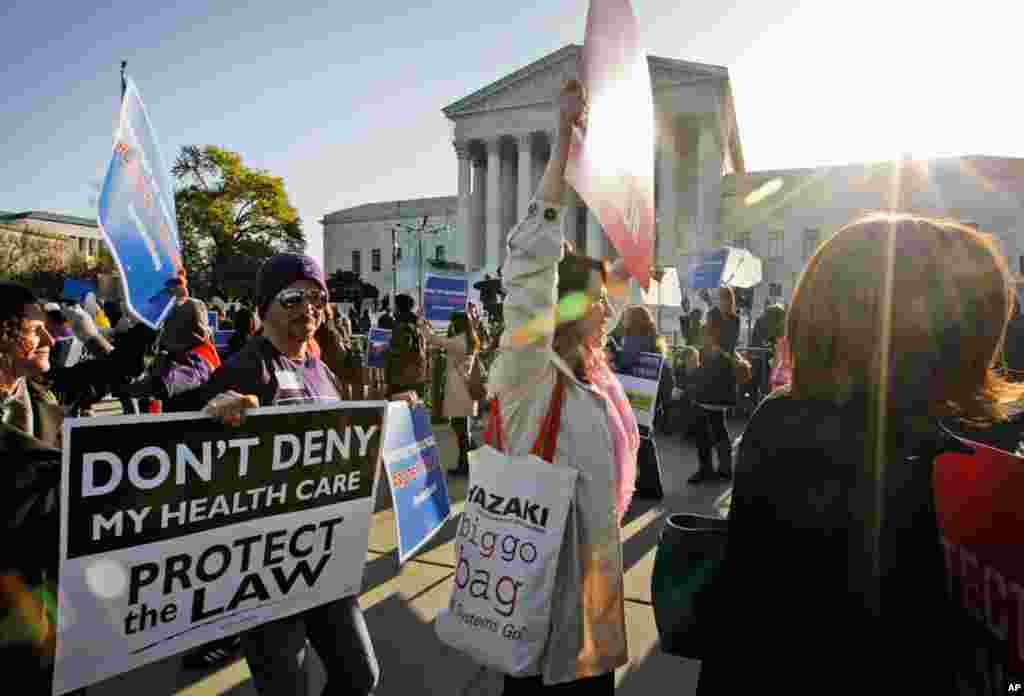 Những người ủng hộ đạo luật cải tổ bảo hiểm y tế tụ tập trước Tối cao Pháp viện ngày 27 tháng 3, 2012, vào lúc tòa tiếp tục tranh luận về đạo luật bảo hiểm y tế của Tổng thống Barack Obama. (AP)