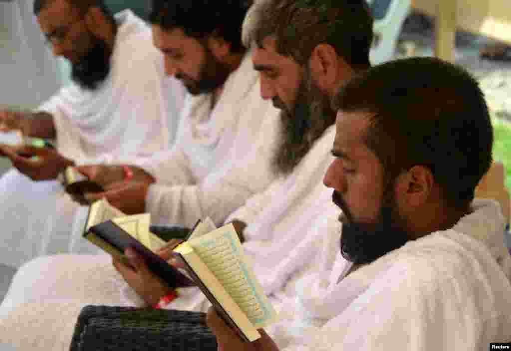 Delapan Muslim dari Inggris yang bersepeda dari London ke Madinah untuk menunaikan ibadah Haji, membaca Alquran di tenda mereka di Arafah, 10 Agustus 2019.