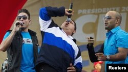 Presiden Venezuela Hugo Chavez (tengah) menyanyi dalam kampanye pemilihan presiden di Caracas (26/7).