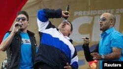 委內瑞拉總統查韋斯星期四在加拉加斯選舉集會上唱歌