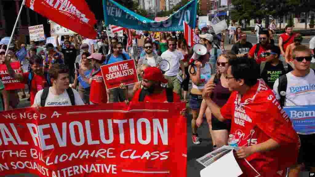 La convention nationale démocrate a débuté à Philadelphie lundi. Des manifestants sont également présents pour continuer de soutenir la candidature de Bernie Sanders.