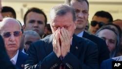 Presiden Turki Recep Tayyip Erdogan (depan) mengadakan pertemuan darurat hari Rabu (20/7) pagi (foto: dok).
