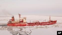 俄羅斯油輪抵達冰封的阿拉斯加城鎮。