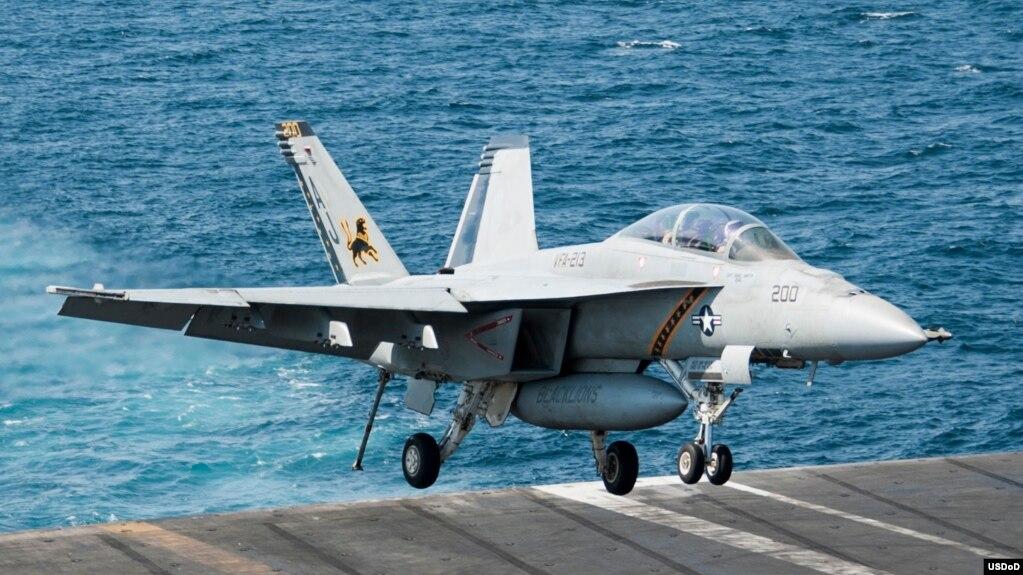 Chiến đấu cơ F/A-18F đáp xuống tàu sân bay USS George H.W. Bush (CVN 77) sau khi tiến hành các cuộc không kích chống Nhà nước Hồi giáo, 23/9/2014.