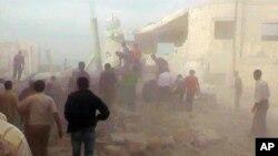 Cư dân Syria giải cứu người bị kẹt dưới đống đổ nát của một tòa nhà bị phá hủy bởi một vụ không kích của lực lượng Syria tại thị trấn Kfar Nebel, trong tỉnh Idlib, ngày 17/10/2012