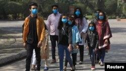 کرونا وائرس سے بچنے کے لیے لوگ احتیاطی تدابیر اختیار کر رہے ہیں۔