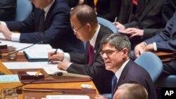 Bộ trưởng Tài chánh Hoa Kỳ Jacob Lew (phải) ngồi cạnh Tổng thư ký LHQ Ban Ki-moon trong cuộc họp của Hội đồng Bảo an về việc cắt đứt nguồn tài chính của ISIS, ngày 17/12/2015.