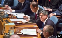 U.S. Treasury Secretary Jacob Lew (r) seated next to U.N. Secretary General Ban Ki-moon, center, addresses the UN Security Council, about cutting funding to IS, Dec. 17, 2015.
