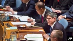 U.S. Treasury Secretary Jacob Lew (r) seated next to U.N. Secretary General Ban Ki-moon, center, addresses the UN Security Council, about cutting funding to IS, Dec. 17, 2015. (AP Photo/Bebeto Matthews)