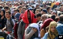 Việc Đức đình chỉ các chuyến tàu sẽ khơi ra thêm những cảnh tượng tuyệt vọng ở biên giới Áo-Đức, khi hàng ngàn người tỵ nạn cố gắng vào Đức bằng mọi cách.