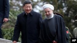 시진핑 중국 국가주석과 하산 로하니 이란 대통령이 지난 2016년 1월 테헤란에서 정상회담에 앞서 대화를 나누고 있다.
