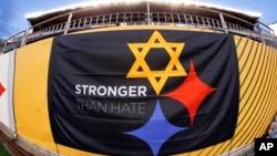 """""""Сильніші за ненависть"""" - гасло проти нетерпимості та насильства на прапорі перед грою Національної футбольної ліги США."""
