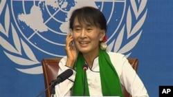 ຜູ້ນໍາຝ່າຍຄ້ານມຽນມາ ທ່ານນາງ Aung San Suu Kyi ກໍາລັງຖະແຫລງການຕໍ່ບັນດານັກຂ່າວ ທີ່ກອງປະຊຸມແຮງ ງານສາກົນ ທີ່ກຸງ Geneva, Switzerland, ໃນວັນພະຫັດ ທີ່ 14, ມິຖຸນາ 2012.